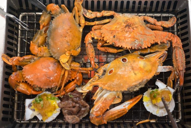 Griller les crabes frais sur le gril de charbon de bois images stock