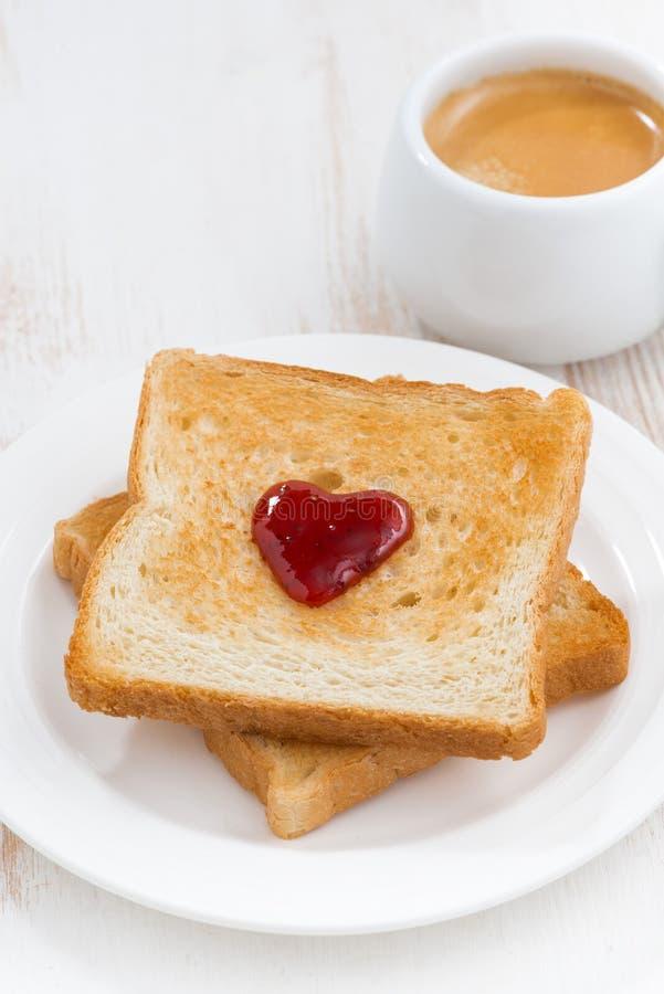 grillez avec la confiture sous forme de coeur et café, vue supérieure photos stock