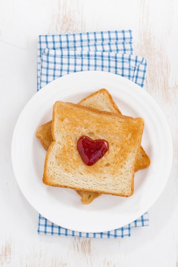 Grillez avec la confiture sous forme de coeur pour le jour du ` s de Valentine photo libre de droits