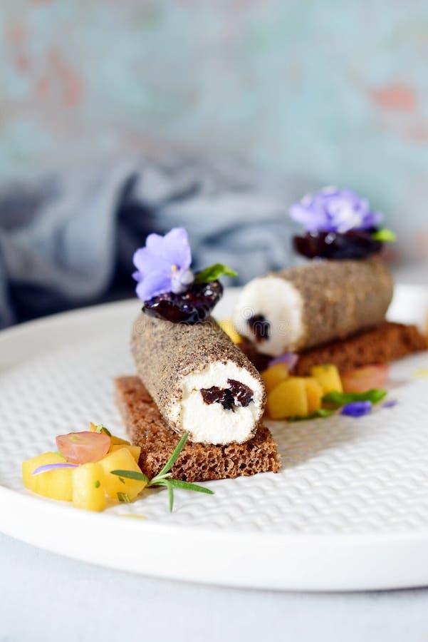 Grillez du pain de seigle avec le Salsa de fromage fondu, de prune sèche et de poivre noir et de fruit de la pêche et de la menth photos libres de droits