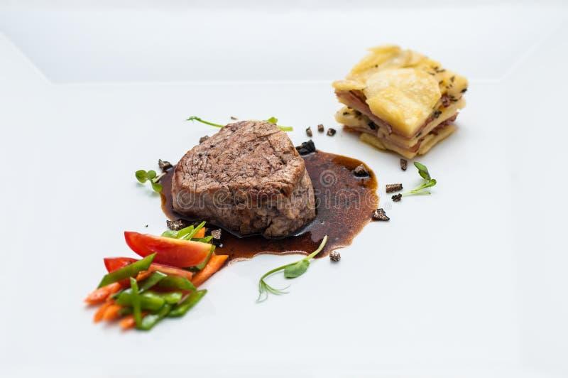 Grillez le bifteck avec les légumes et la sauce rôtis, pommes de terre de garniture, gastronomie, menu photographie stock