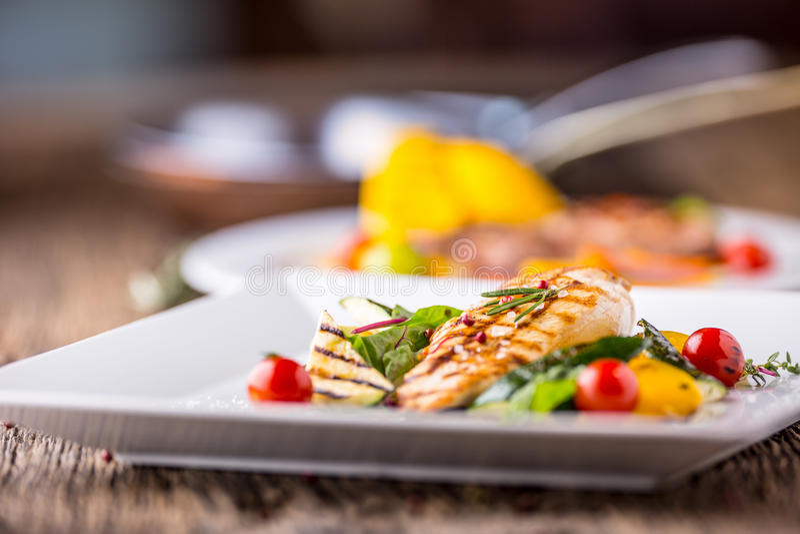 Grillez les légumes grillés de blanc de poulet avec le poulet grillé de blanc de poulet avec des légumes sur la table de chêne images stock