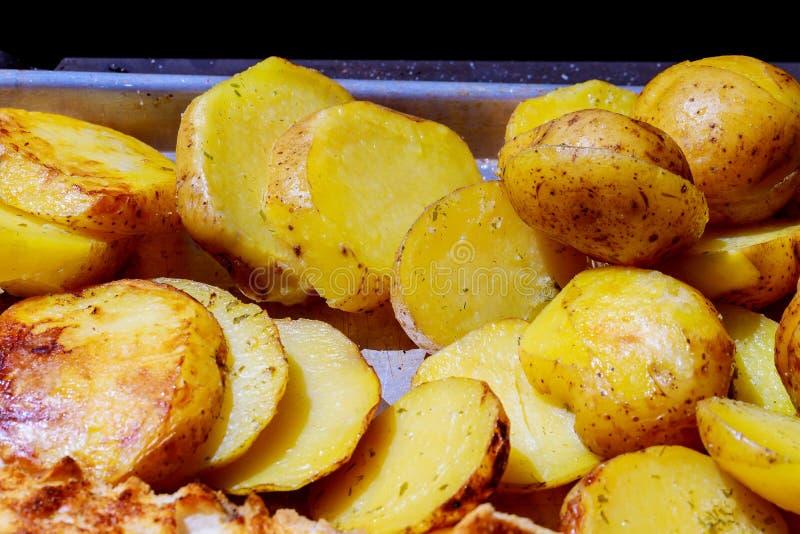 Grillez les pommes de terre rôties sur les pommes de terre frites à la maison sur le fond de gril photo libre de droits