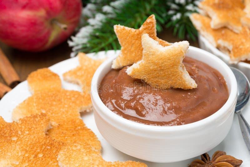 Grillez sous forme d'étoiles et petits hommes avec le sause de chocolat images libres de droits