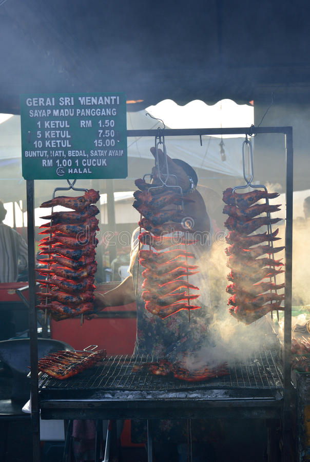 Grillez tout entier ou avez grillé le poulet sur le marché de nuit de Kota Kinabalu images stock
