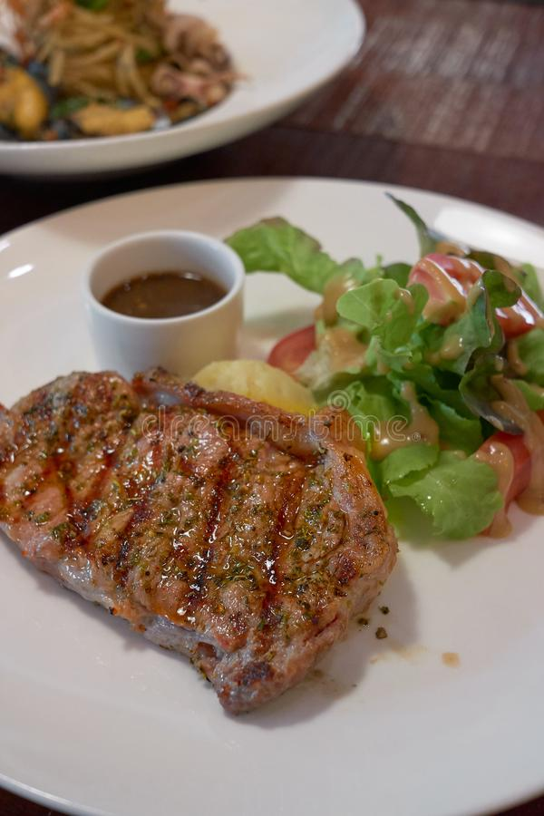 Grillez tout entier rare moyen de biftecks de boeuf avec les potaoes et les l?gumes grill?s images stock