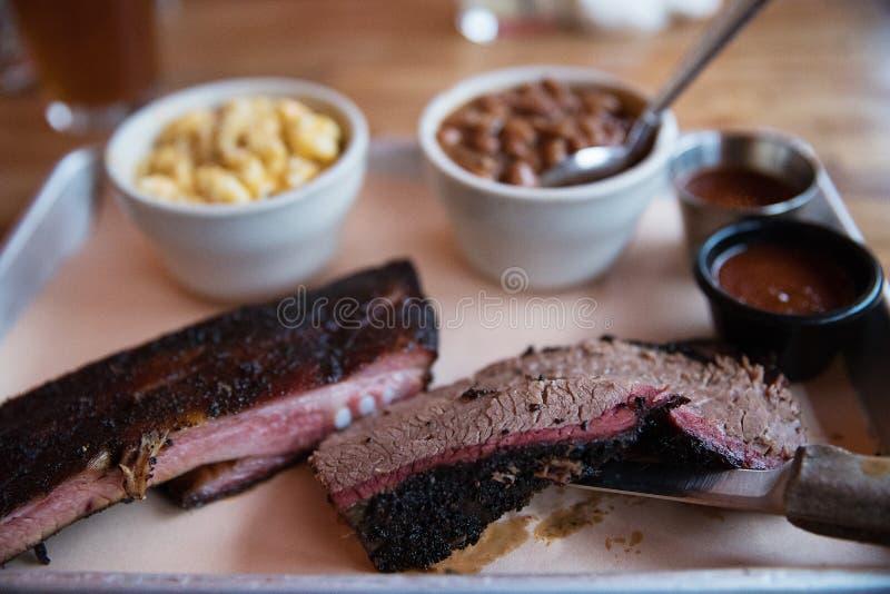 Grillfest för nötköttbringa och för grisköttstöd fotografering för bildbyråer