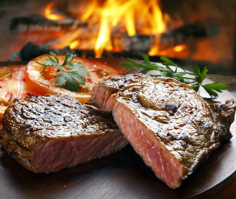 Grillfest grillat kött för nötköttbiff med grönsaker arkivbilder