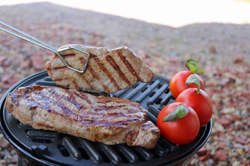 Grillfest grillat kött för nötköttbiff med grönsaker arkivfoto