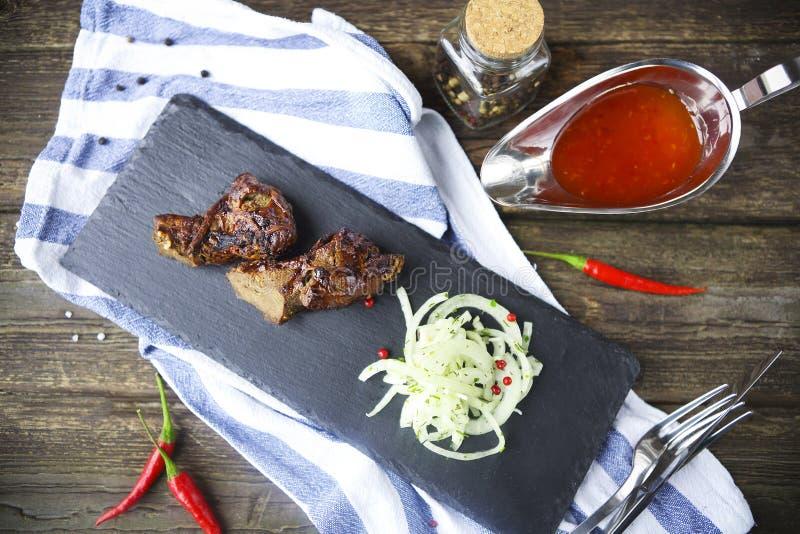 Grillfest grillat kött för nötköttbiff med grönsaker Grillfest grillat kött för nötköttbiff sund mat barbariska royaltyfria foton