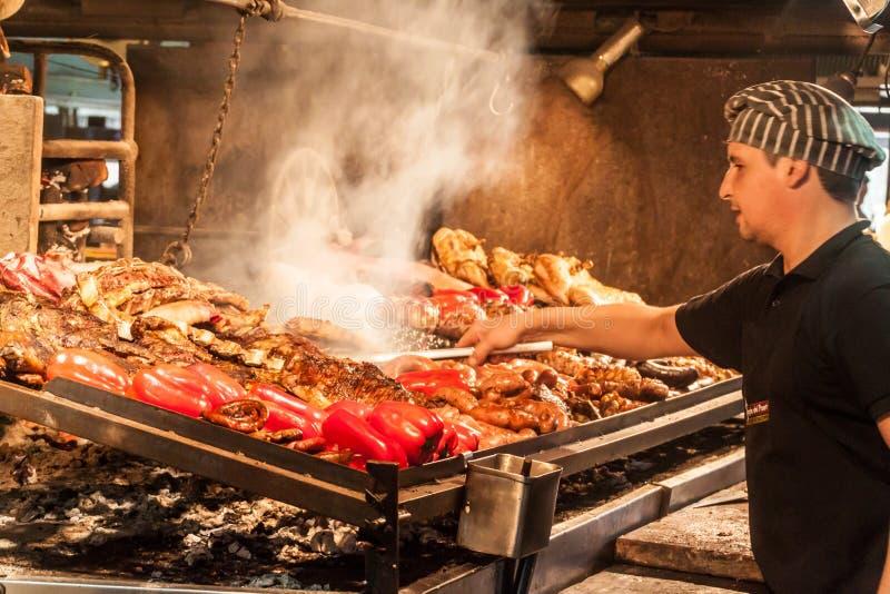 Grillfest i Mercado del Puerto i Montevideo royaltyfria foton