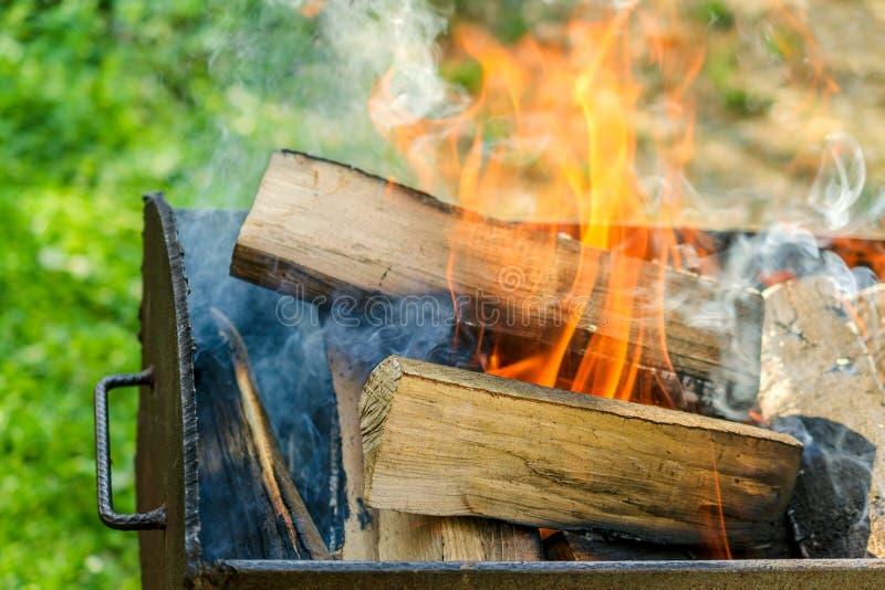 Grillfest med brinnande vedträ Stor vedträbränning i järnet arkivfoton