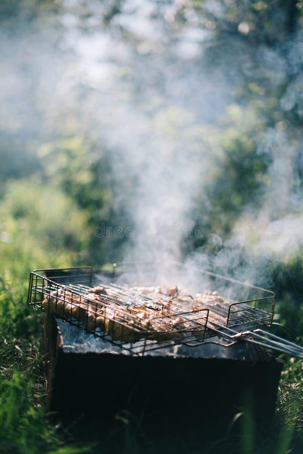 Grillfest på en sommardag i trädgården Utomhus- rekreationbegrepp för picknick fotografering för bildbyråer