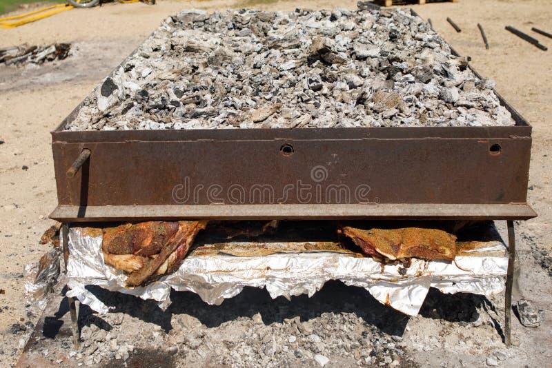 Grillfesten grillade kött, kött på kol, grillade griskött arkivbild
