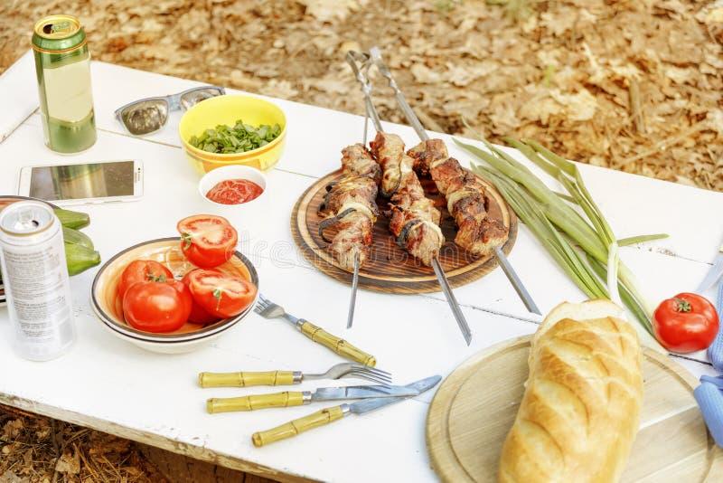Grillfesten kött, grillade kött, grillfesten, picknick, utomhus, mat, arkivbild