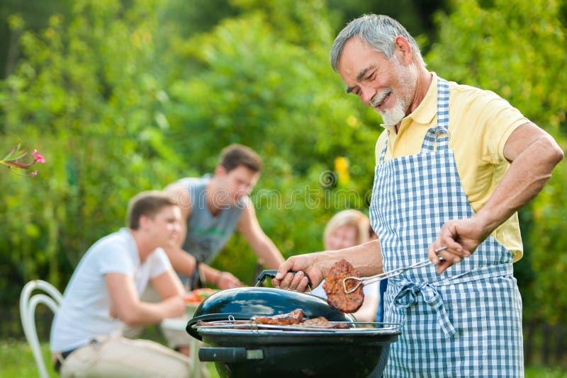 grillfestfamilj som har deltagaren arkivbild