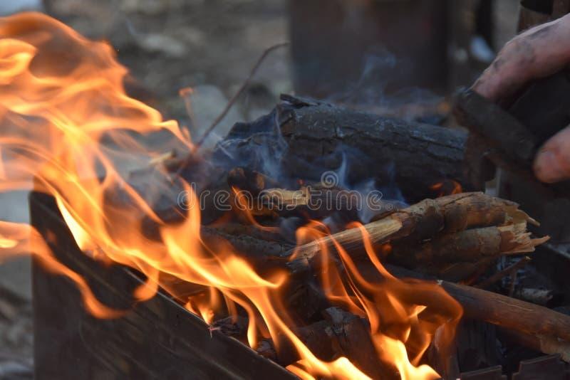 Grillfestgaller med brand Utomhus- och att grilla royaltyfri foto