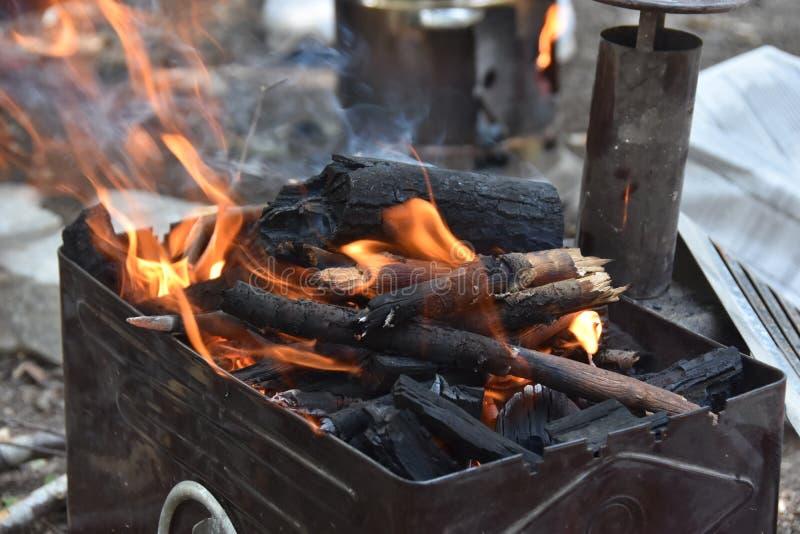 Grillfestgaller med brand Utomhus- och att grilla royaltyfria foton