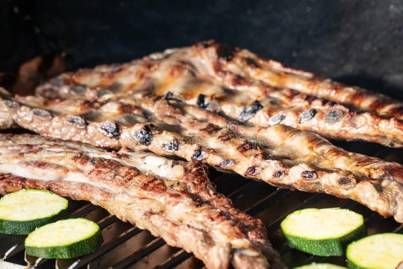Grillfestgaller med grillade grisköttstöd royaltyfria bilder