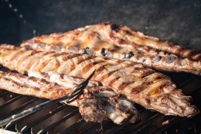 Grillfestgaller med grillade grisköttstöd arkivfoton