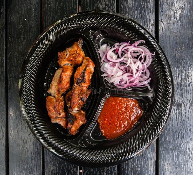 Grillfestköttkebab med lök- och tomatsås arkivbild