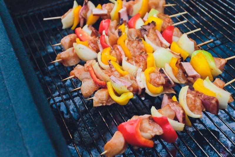 Grillfestkebaber som röker på gallret Rökte kött och grönsaker Grilla kebaber på grillfesten Selektiv fokus med arkivfoton