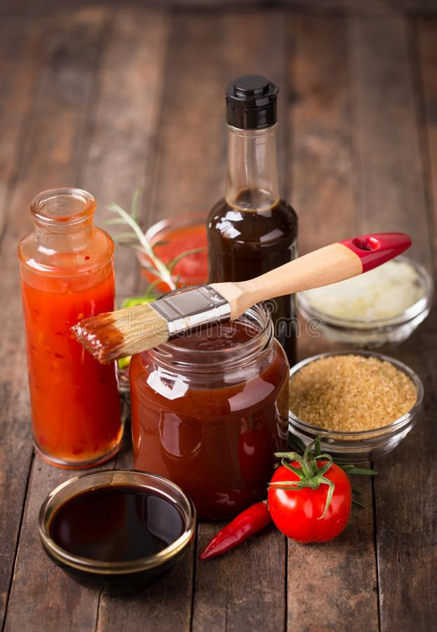 Grillfestsås med ingredienser på tabellen royaltyfri fotografi