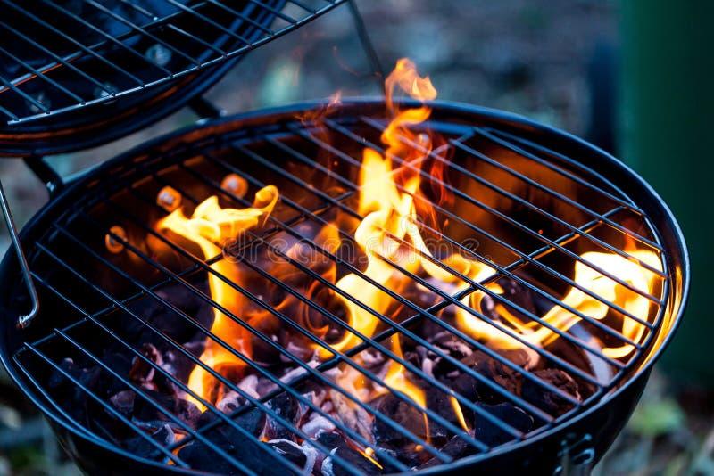 Grillfeuer mit rundem Grill Nahrung, die Konzept mit bbq-Feuer auf Grill vorbereitet lizenzfreie stockbilder