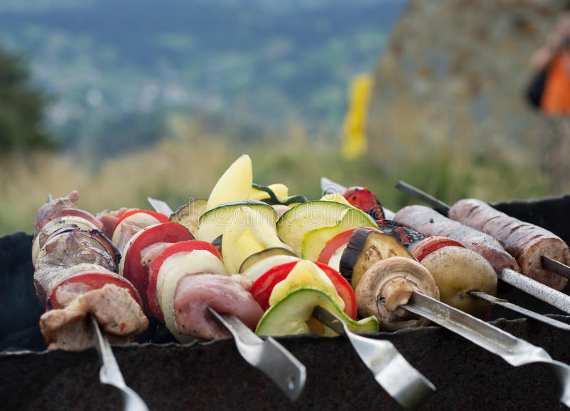 Grillfleisch, -gemüse und -pilze stockfoto