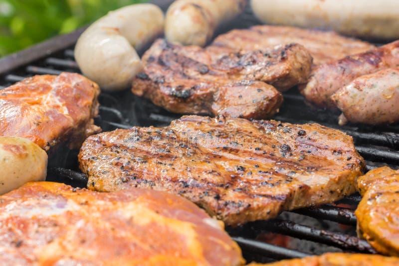 Grillgitter bedeckt mit verschiedenen Arten des Fleisches lizenzfreie stockfotografie