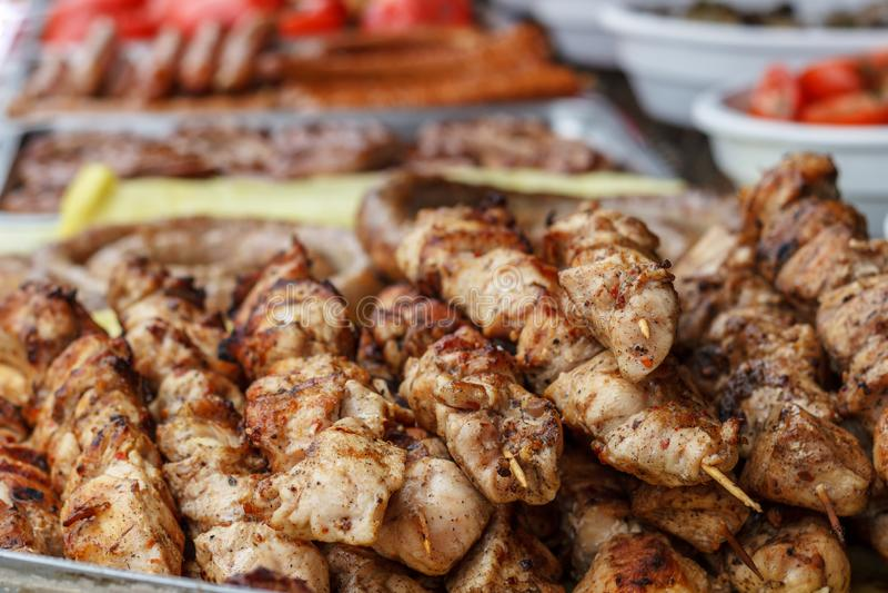 Grillgrillgrillgrill appetitanregender Kebab auf Metallgrill Kebabkoch auf Holzkohle im Freien Mariniertes Fleisch lizenzfreie stockfotos