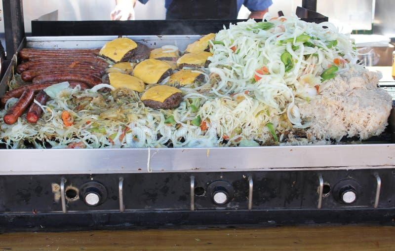 Grillhoogtepunt van hotdogsburgers en groenten stock afbeeldingen