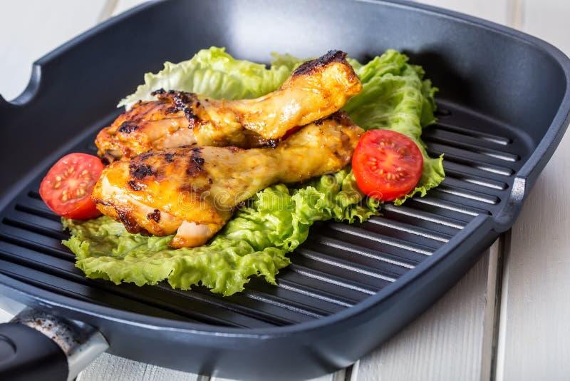 grilling κοτόπουλο που ψήνεται στη σχάρα ψημένα στη σχάρα κοτόπουλο πόδια Ψημένα στη σχάρα πόδια κοτόπουλου, ντομάτες μαρουλιού κ στοκ φωτογραφία με δικαίωμα ελεύθερης χρήσης