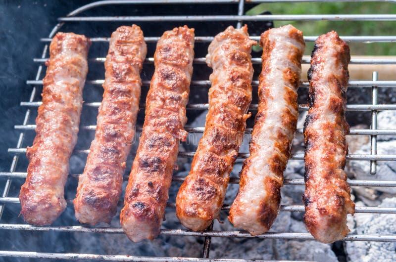 grilling Μαγειρεύοντας σχάρα με τον ξυλάνθρακα στον κήπο Τ στοκ φωτογραφία με δικαίωμα ελεύθερης χρήσης