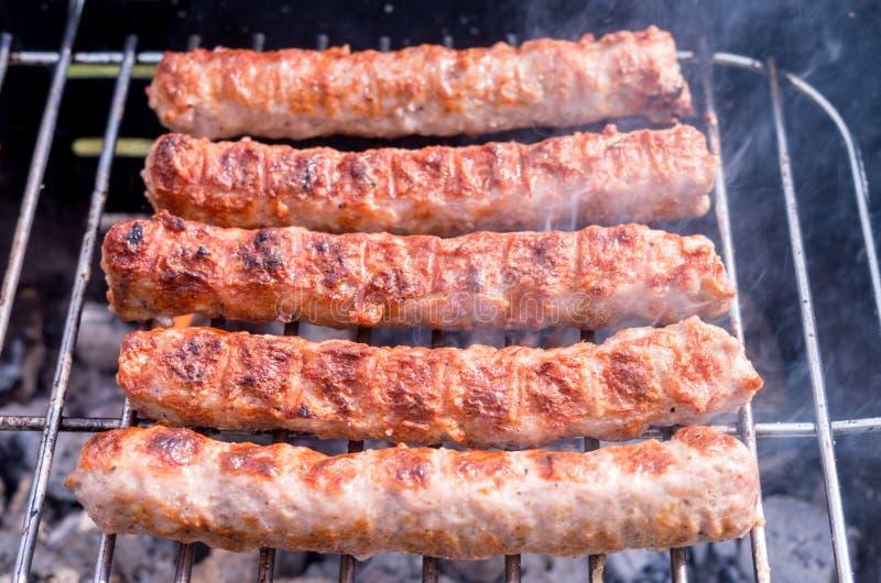 grilling Cocinar la barbacoa con carb?n de le?a en el jard?n T foto de archivo libre de regalías