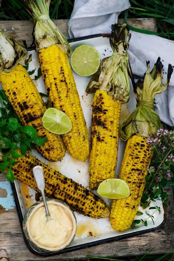Grillmais mit würziger Mayonnaise Im Freienfoto stockbild