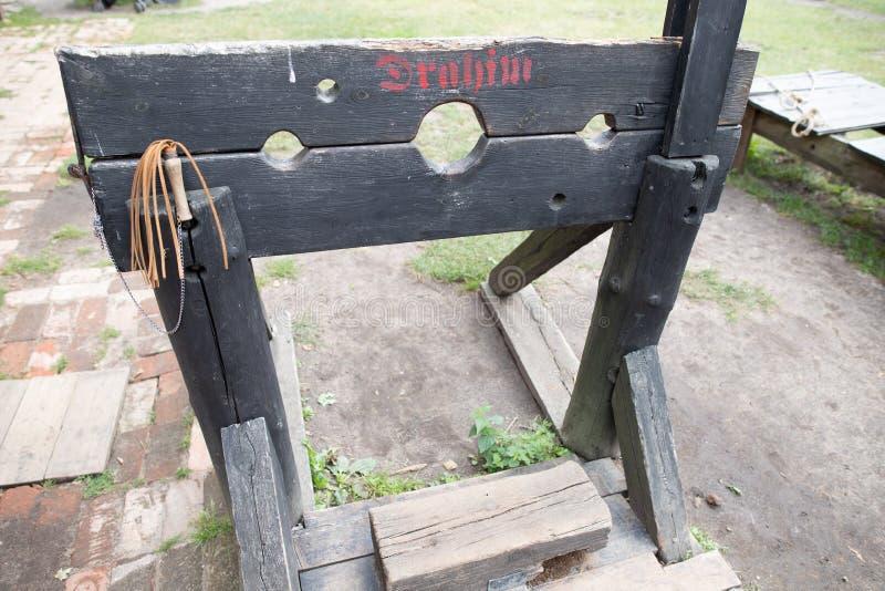 Grillos de madera para torturar a presos en las Edades Medias Dispositivo para azotar imagen de archivo