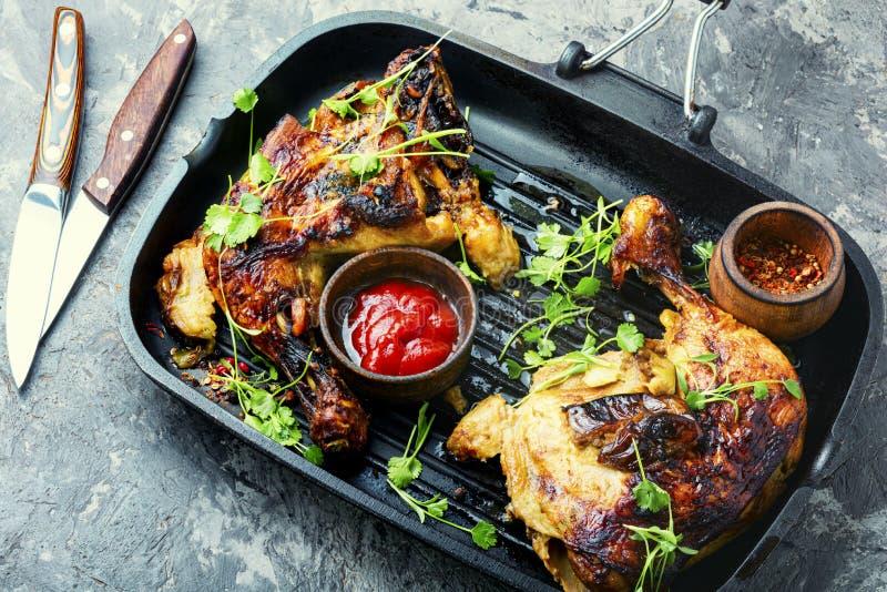 Grillowana noga kurczaka na grillu obrazy royalty free