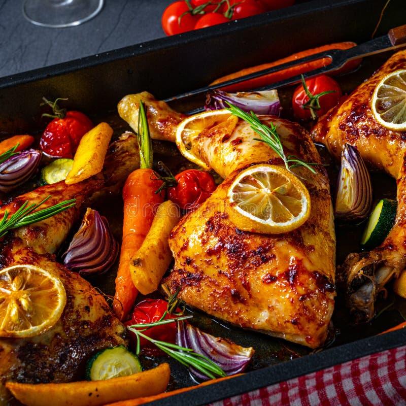Grillowane nogi kurczaka z różnymi warzywami i ziołami zdjęcie royalty free