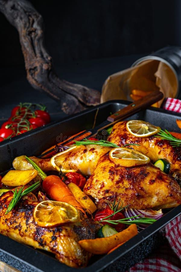 Grillowane nogi kurczaka z różnymi warzywami i ziołami zdjęcie stock