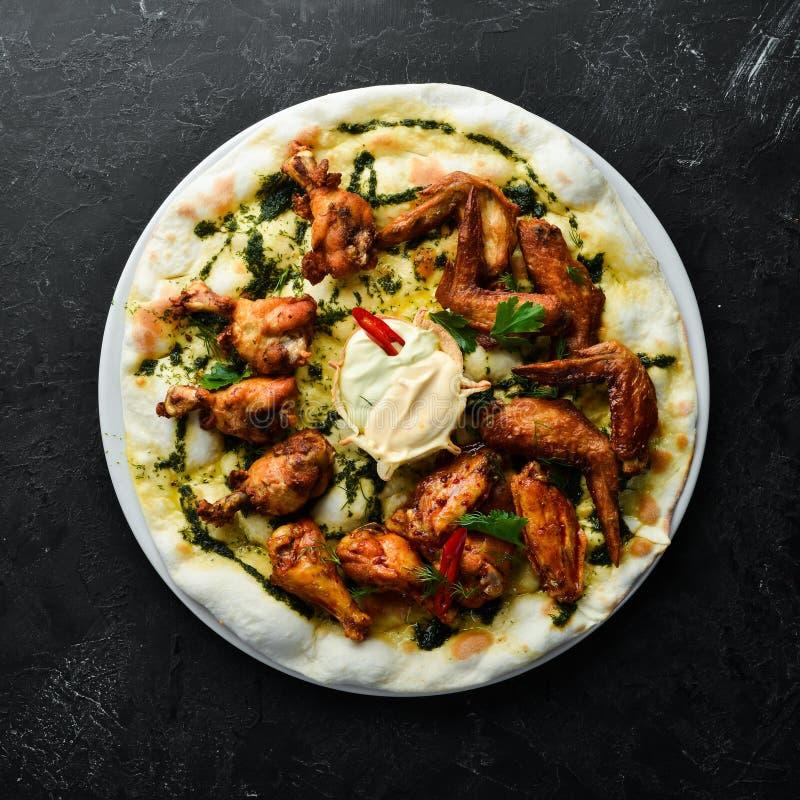 Grillowane skrzydła kurczaka Pizza ze skrzydłami kurczaka Włoska kuchnia tradycyjna obraz stock
