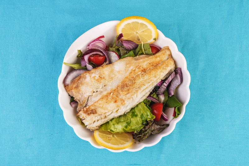 grillowany biały stek rybny na poduszce sałaty obrazy royalty free