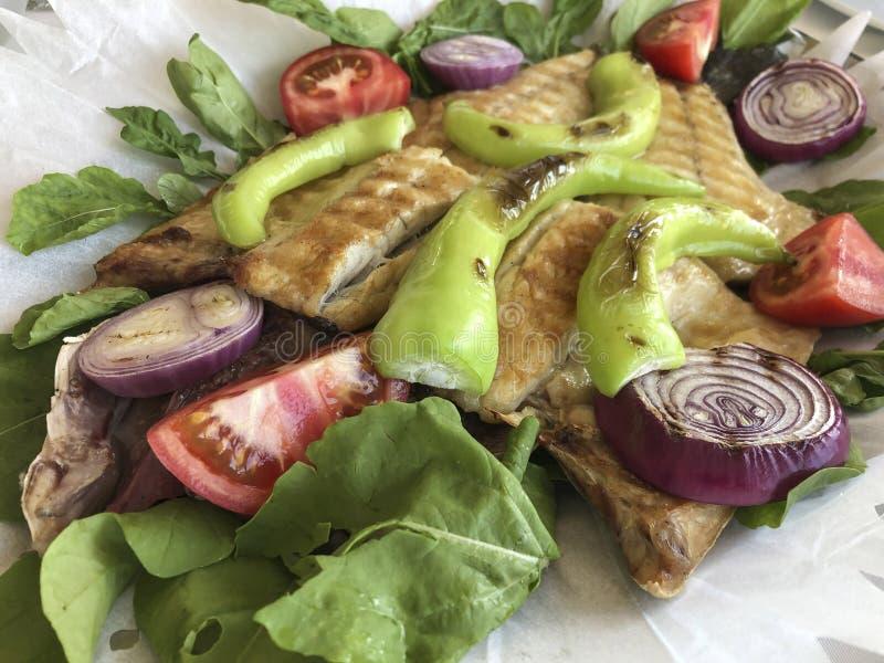 Grillowany labraks serwowany z warzywami i sałatką zdjęcie royalty free