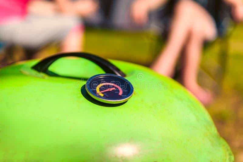 Grillpartei mit bbq-Messgerät auf Grill am sonnigen Tag stockfotos