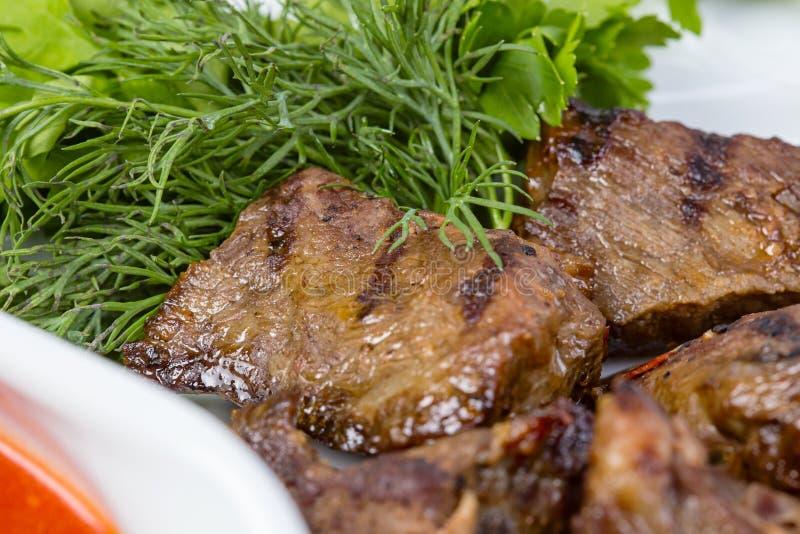 Grillrindfleisch und grüne Petersilie stockbild