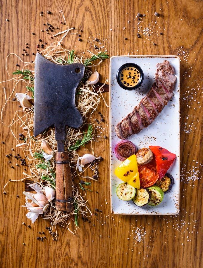 Grillrippen-Auge Steak mit einem choper Trockenes gealtertes Steak mit gegrilltem Gemüse stockfotografie