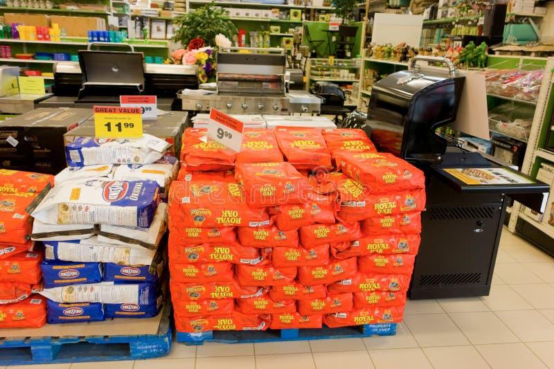 Grills und Kohlen für Verkauf am kanadischen Reifen lizenzfreies stockbild