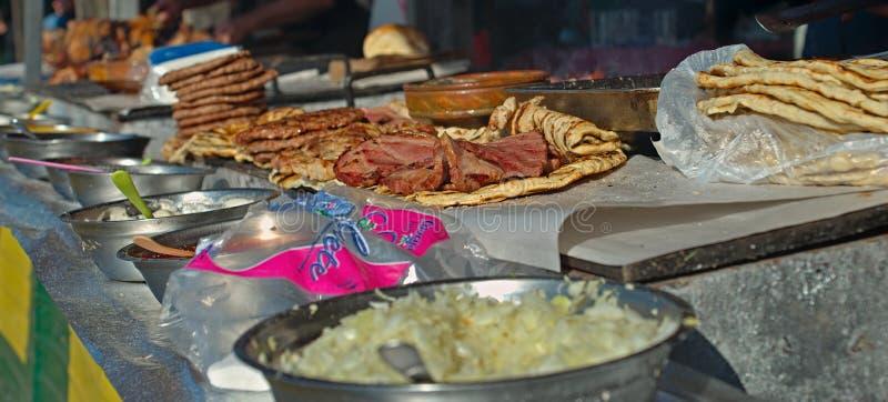 Grillstand mit Bündel unterschiedlichem zugebereitetem Fleisch grillen Stand mit Bündel unterschiedlichem zugebereitetem Fleisc stockbilder