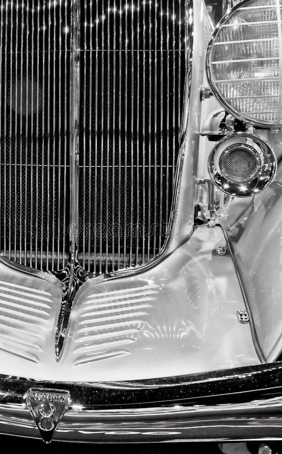 Grillwork brillante del cromo en un conductor veloz del lujo del vintage fotos de archivo