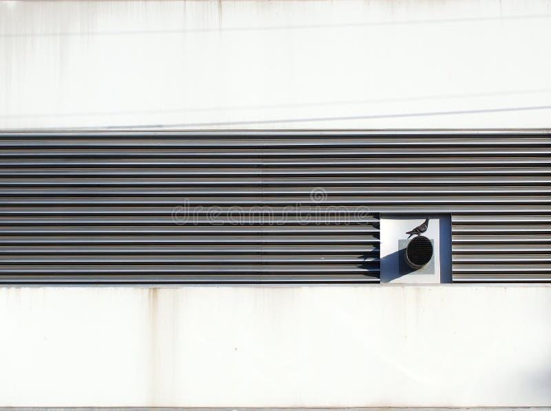 Grils de ventilation en métal sur un bâtiment industriel blanc photographie stock libre de droits